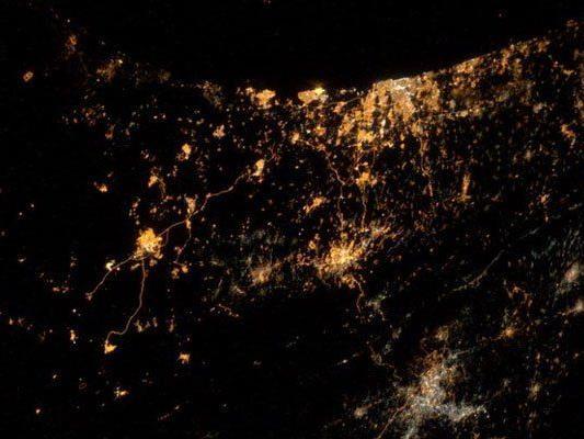 Sogar aus dem All sind die Explosionen und Raketenleuchtspuren bei Nacht sichtbar.