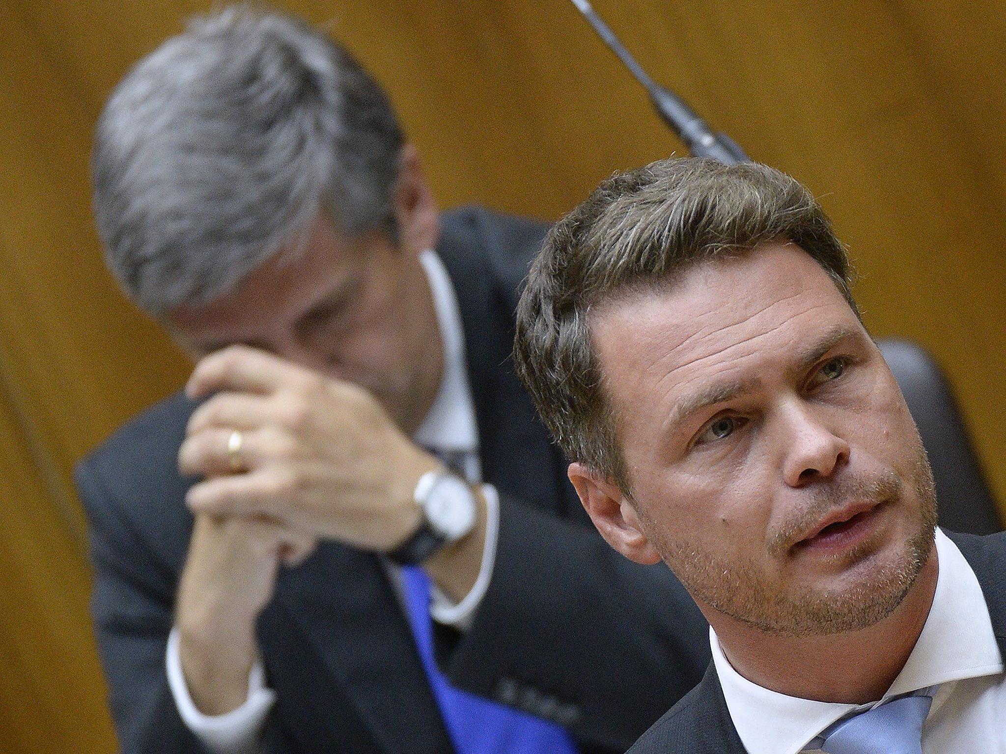 """NEOS-Abgeorneter Rainer Hable (im Hintergrund Finanzminister Michael Spindelegger) während einer Sondersitzung des Nationalrates auf Verlangen der NEOS zum Thema """"Hypo""""-Sondergesetz""""."""