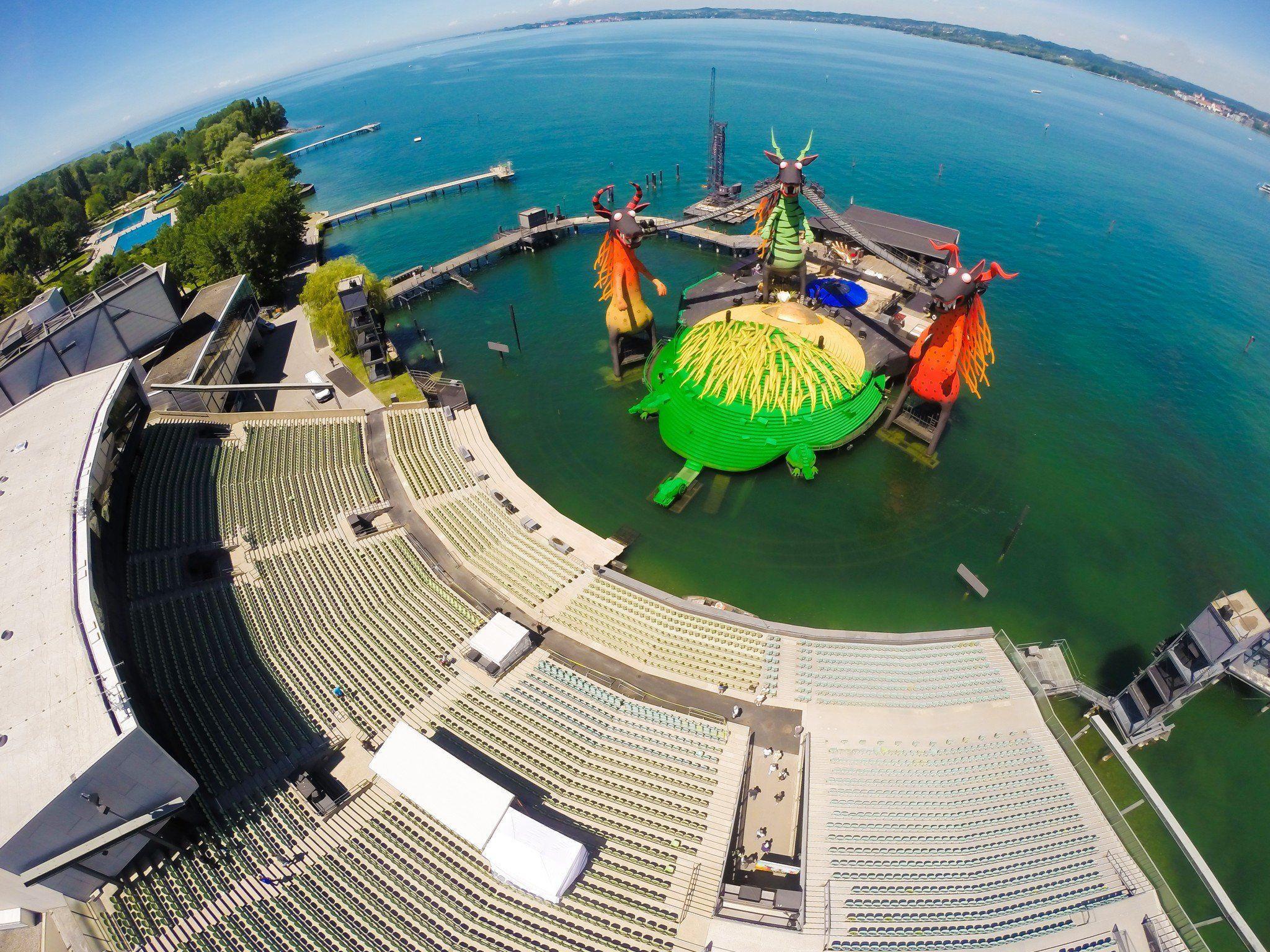 Luftbild von der Bregenzer Festspielbühne auf dem Bodensee.