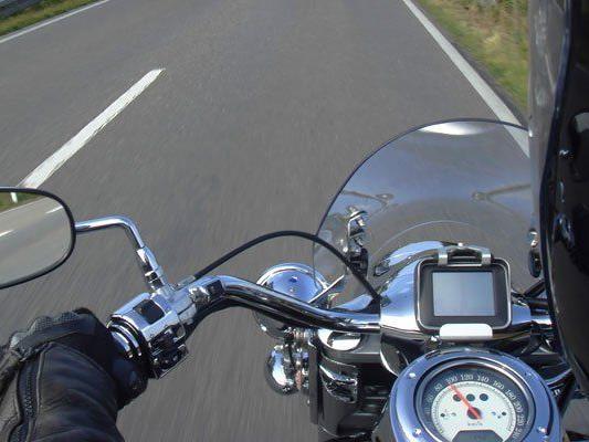 Pkw bog aus Hauseinfahrt aus - Motorradlenker konnte nicht mehr bremsen.