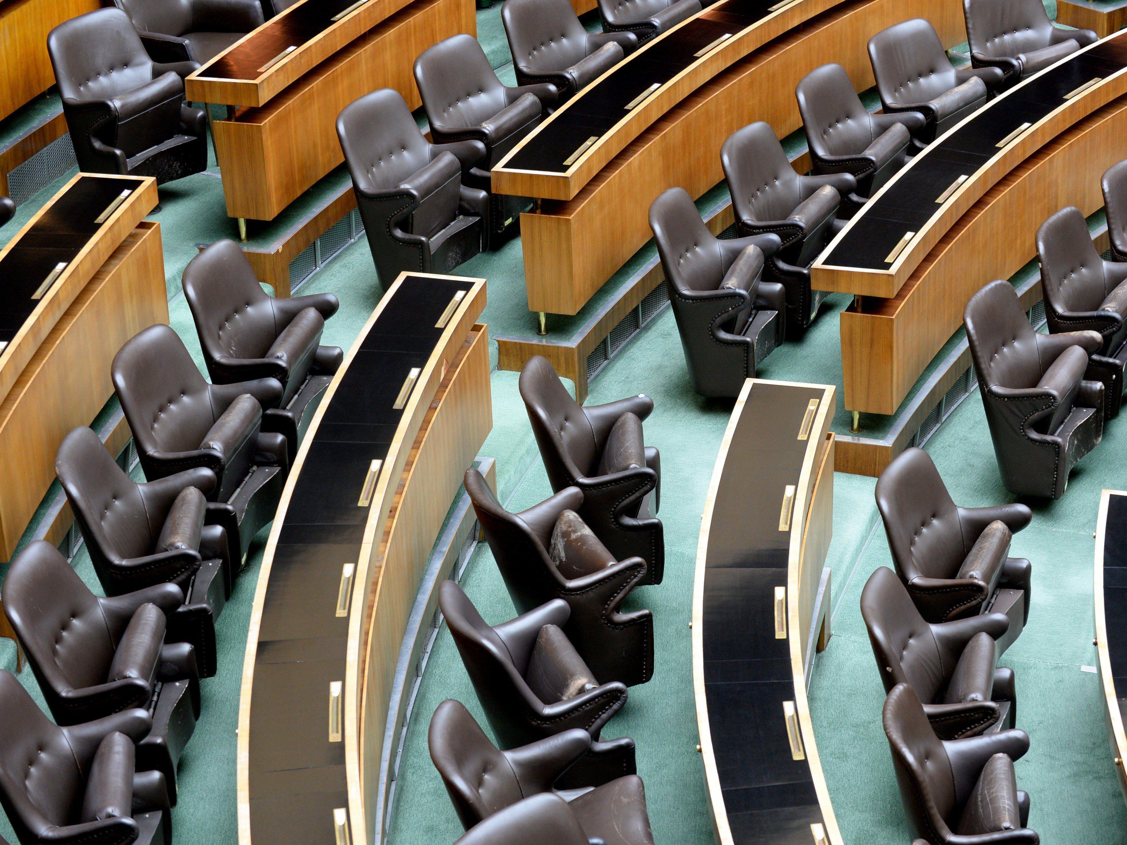 Wer auf diesen Stühlen Platz nimmt, verdient im internationalen Vergleich ausgezeichnet.