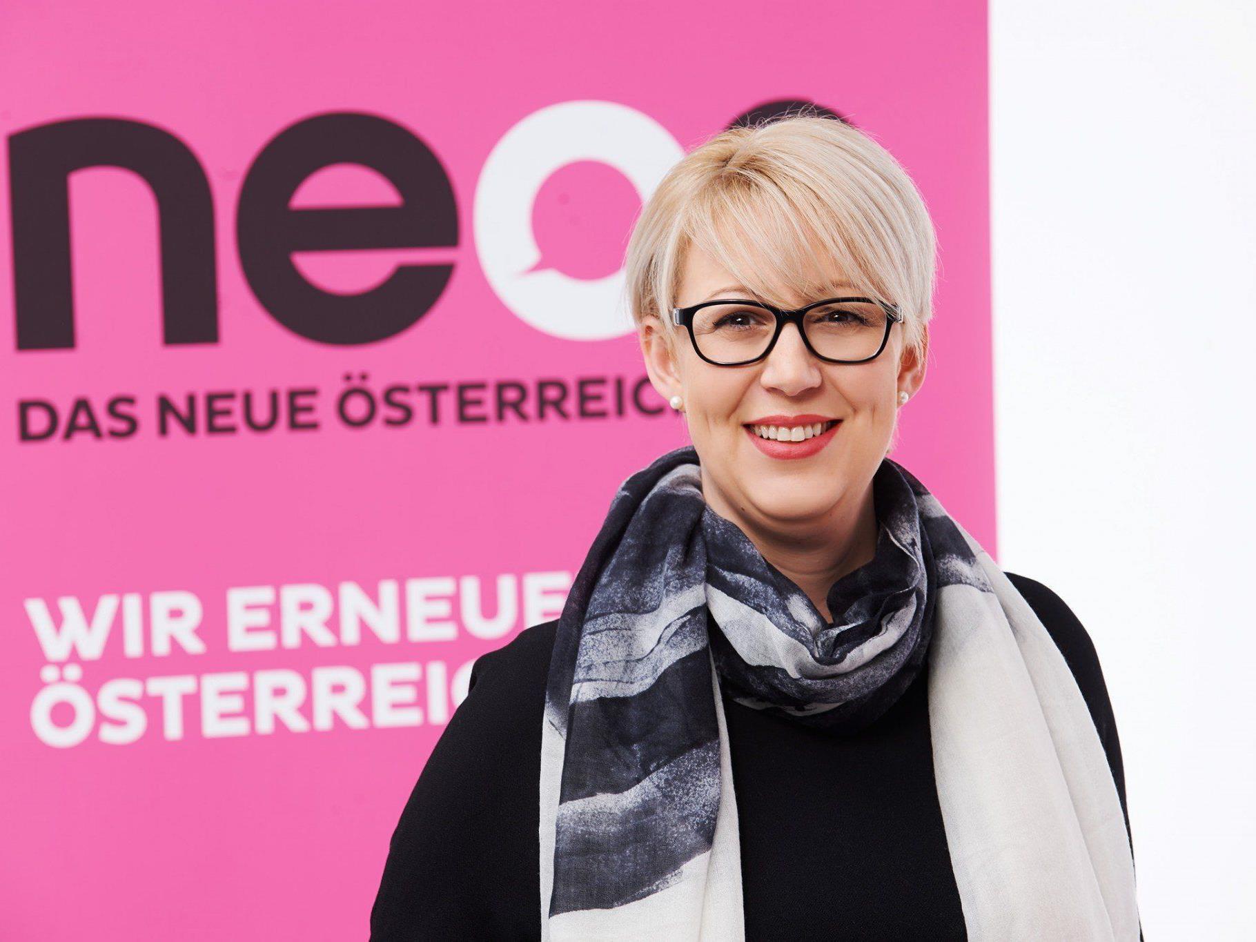 NEOS-Landessprecherin Scheffknecht reichte die Unterstützungserklärungen ein.
