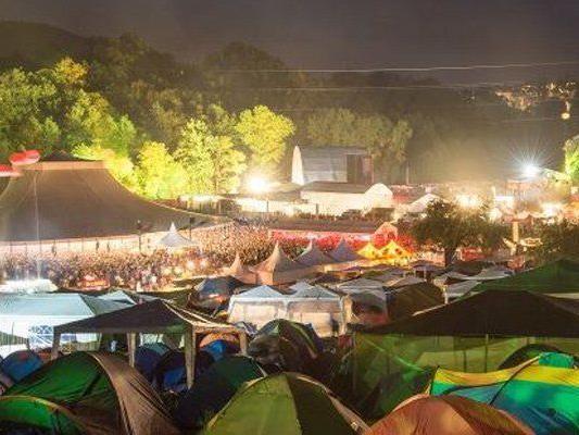 Trotz Pfandgebühr blieben viele Zelte im Sittertobel zurück.