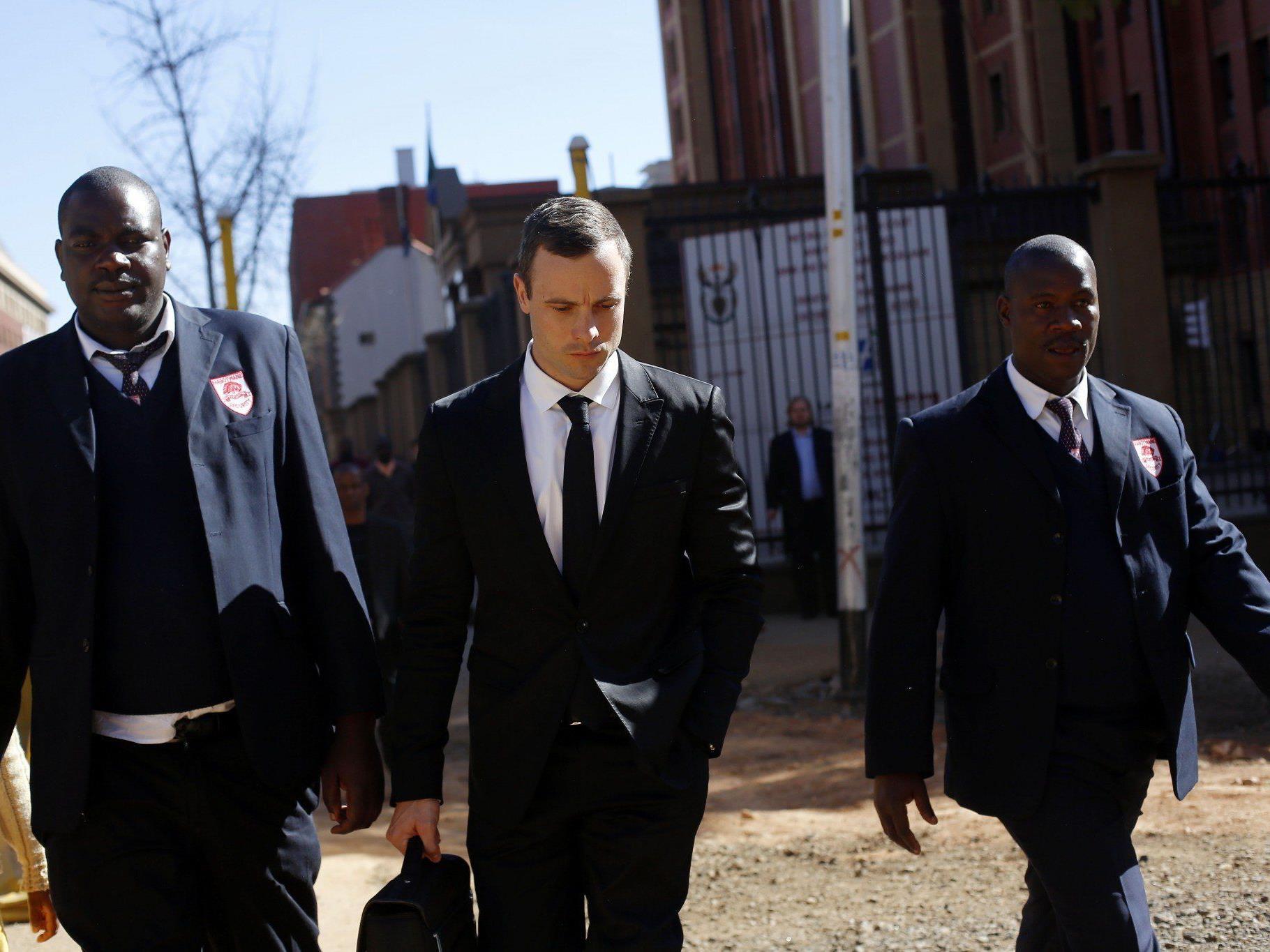 Oscar Pistorius am Montag beim Verlassen des Gerichts.