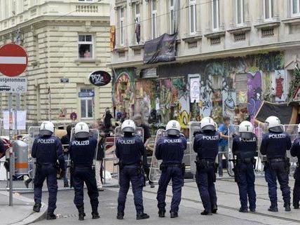 Kritische Stimmen bemängeln den Einsatz der Polizei bei der Räumung.