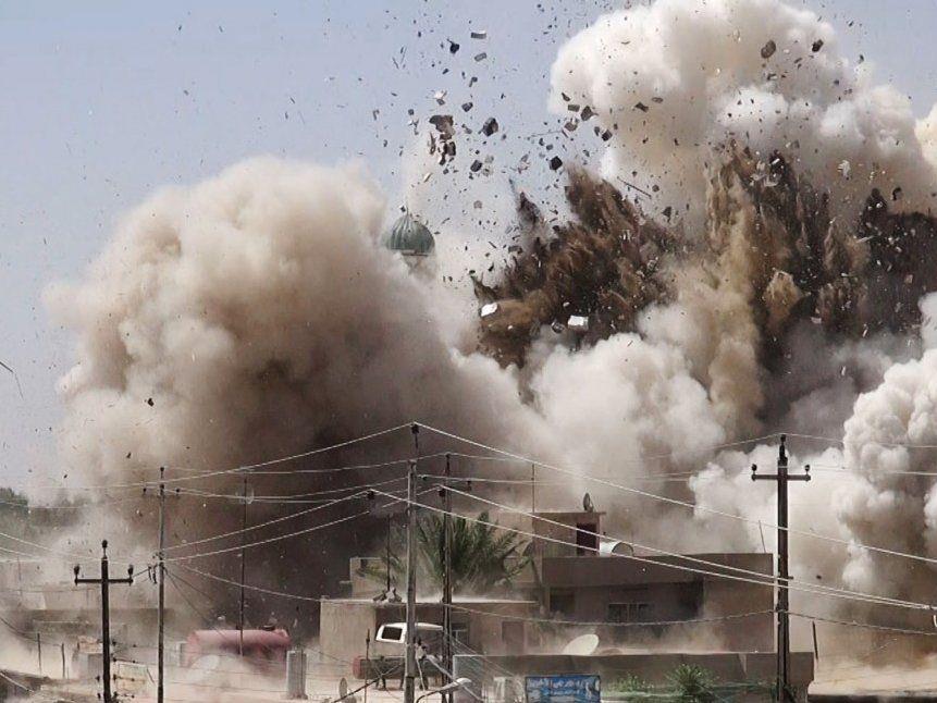 Isis sprengt die Al-Qubba Husseiniya Moschee in Mossul.