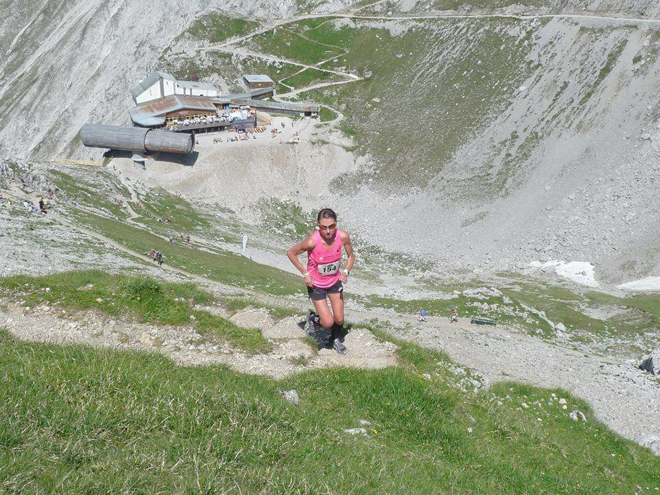 Die Dornbirnerin Sabine Reiner gewinnt im Eiltempo den Karwendel Berglauf in Mittenwald.