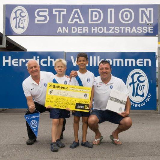 Der FC Lustenau wird der Austria einen Scheck von tausend Euro übergeben.