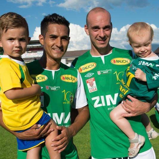Ex-Austria Publikumslieblinge Sidinei de Oliveira mit Sohn Lisandro und Kapitän Harald Dürr.