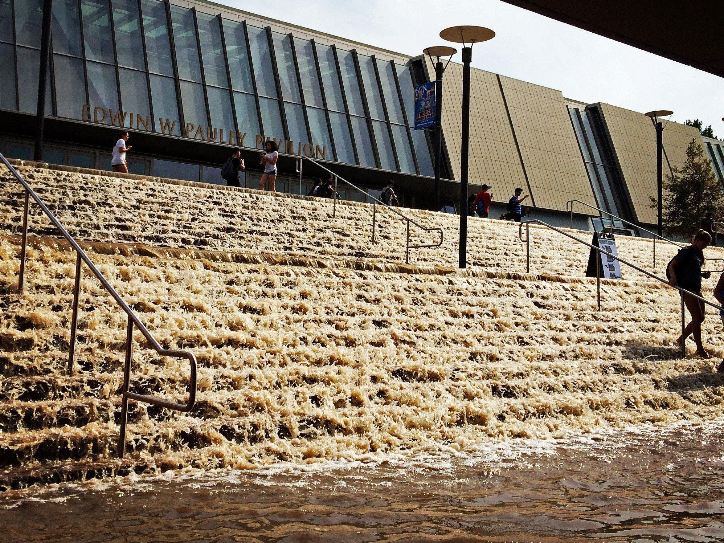 Millionen Liter Wasser schossen aus dem Sunset Boulevard