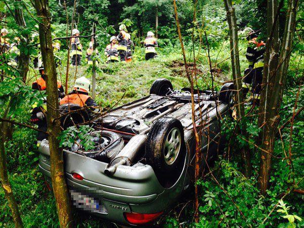 Pkw stürzte auf Langenerstraße über Böschung, Fahrer leicht verletzt.