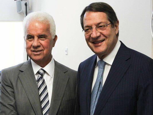 Bei den Gesprächen nehmen der Präsident Nordzyperns Eroglu und der zyprische Präsident Anastasiades teil.