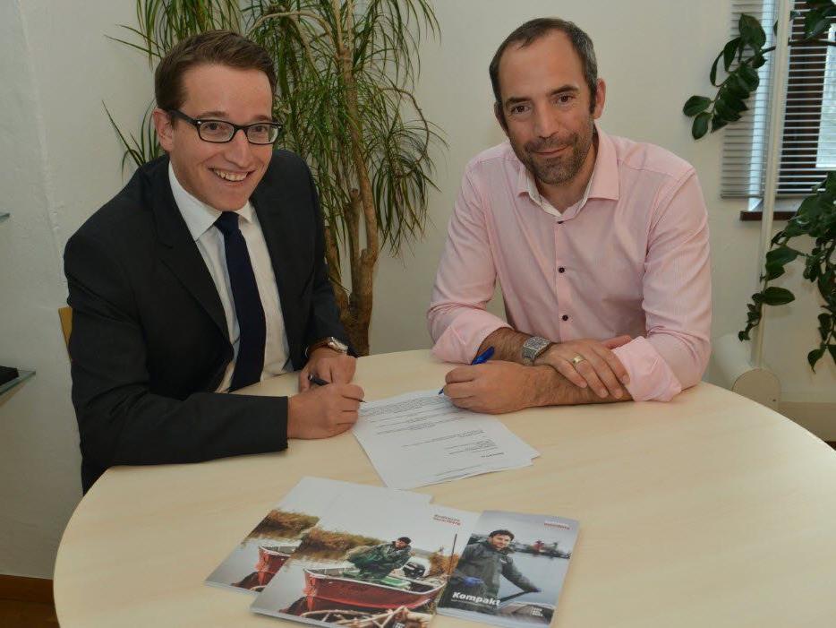 Urs Treuthardt und der Präsident des Leitgremiums Edgar Eller bei der Vertragsunterzeichnung.