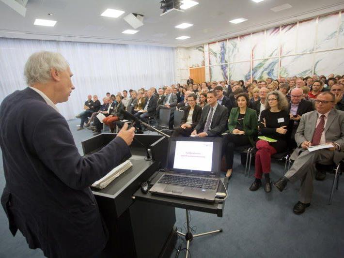 Im Oktober 2013 brachte Prof. Wolfgang Hinte den neuen Ansatz der Sozialraumorientierung nach Vorarlberg.