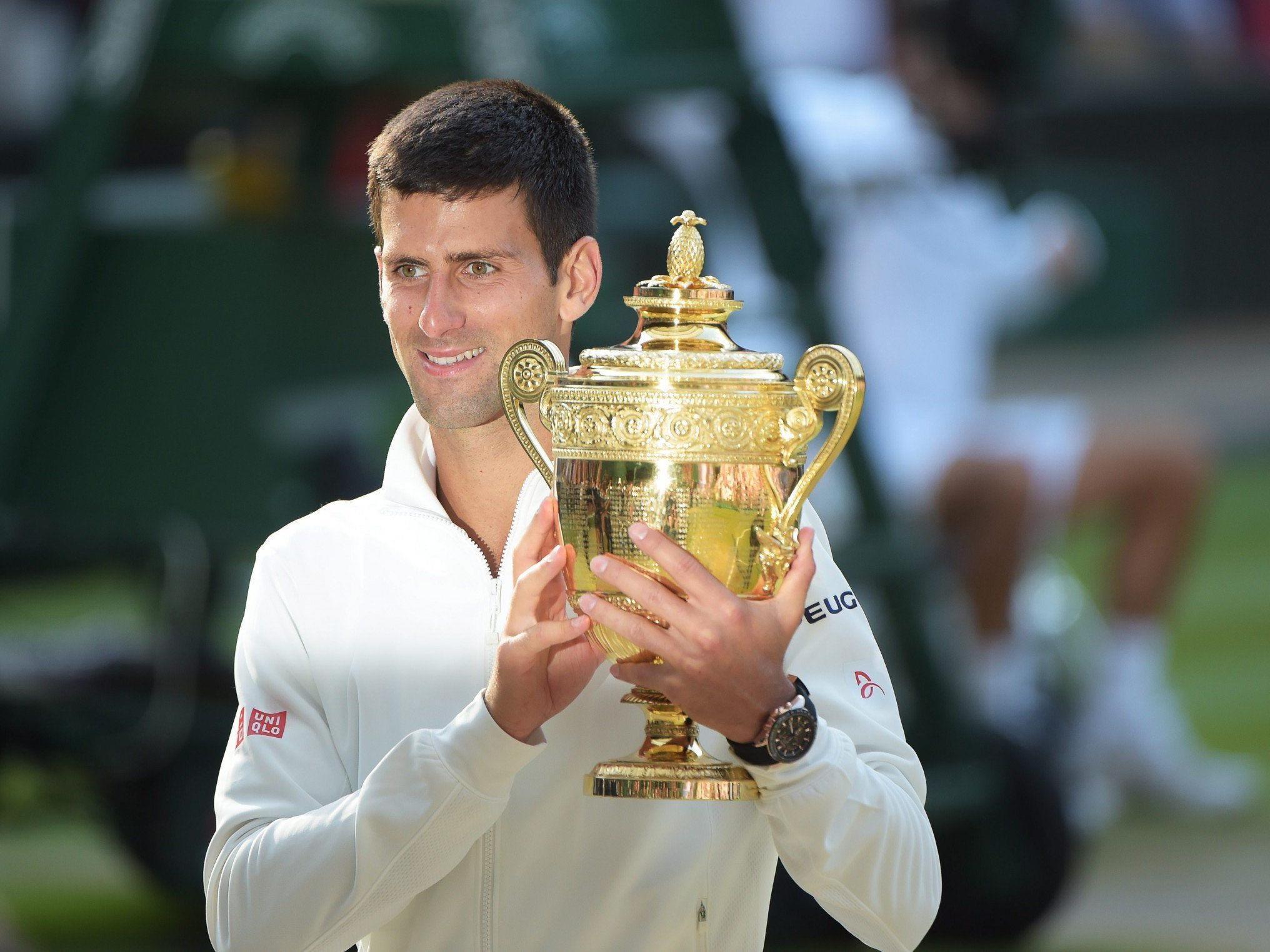 Djokovic hält den Pokal von Wimbledon zum zweiten Mal in Händen.
