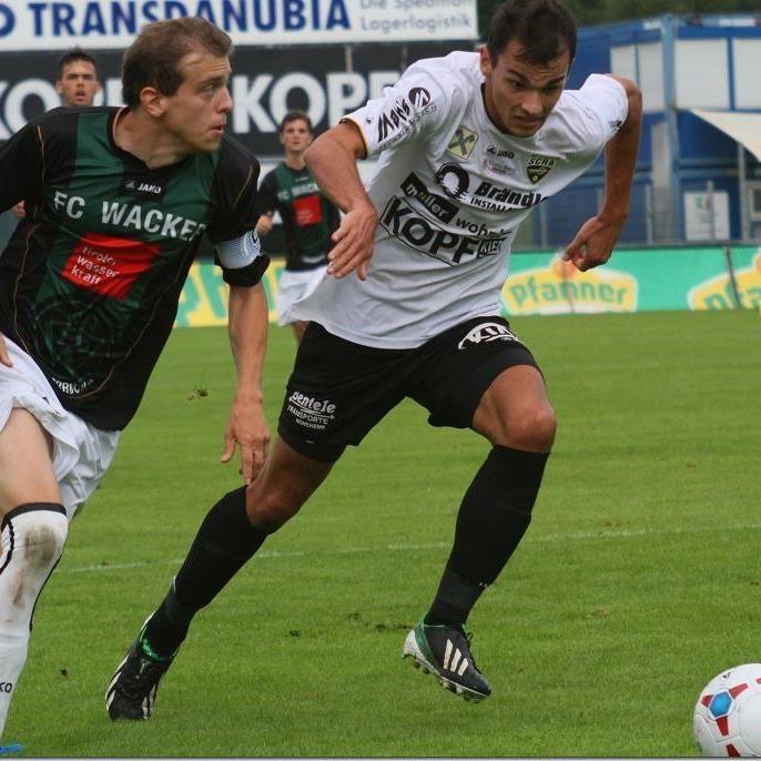 Stefan Sonderegger im Laufduell mit einem Tiroler. Altach Amateure unterlag gegen Innsbruck.