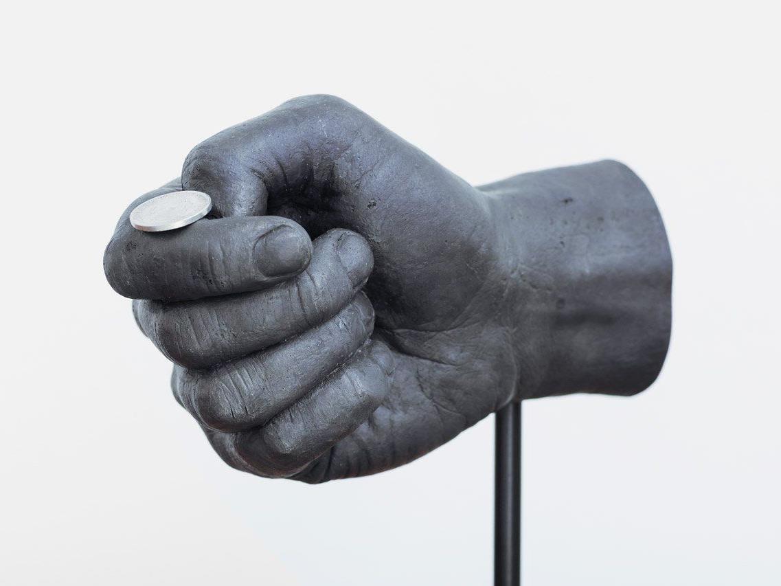 2012 entstand diese Bronzehand, die im Begriff ist eine Münze zu werfen.