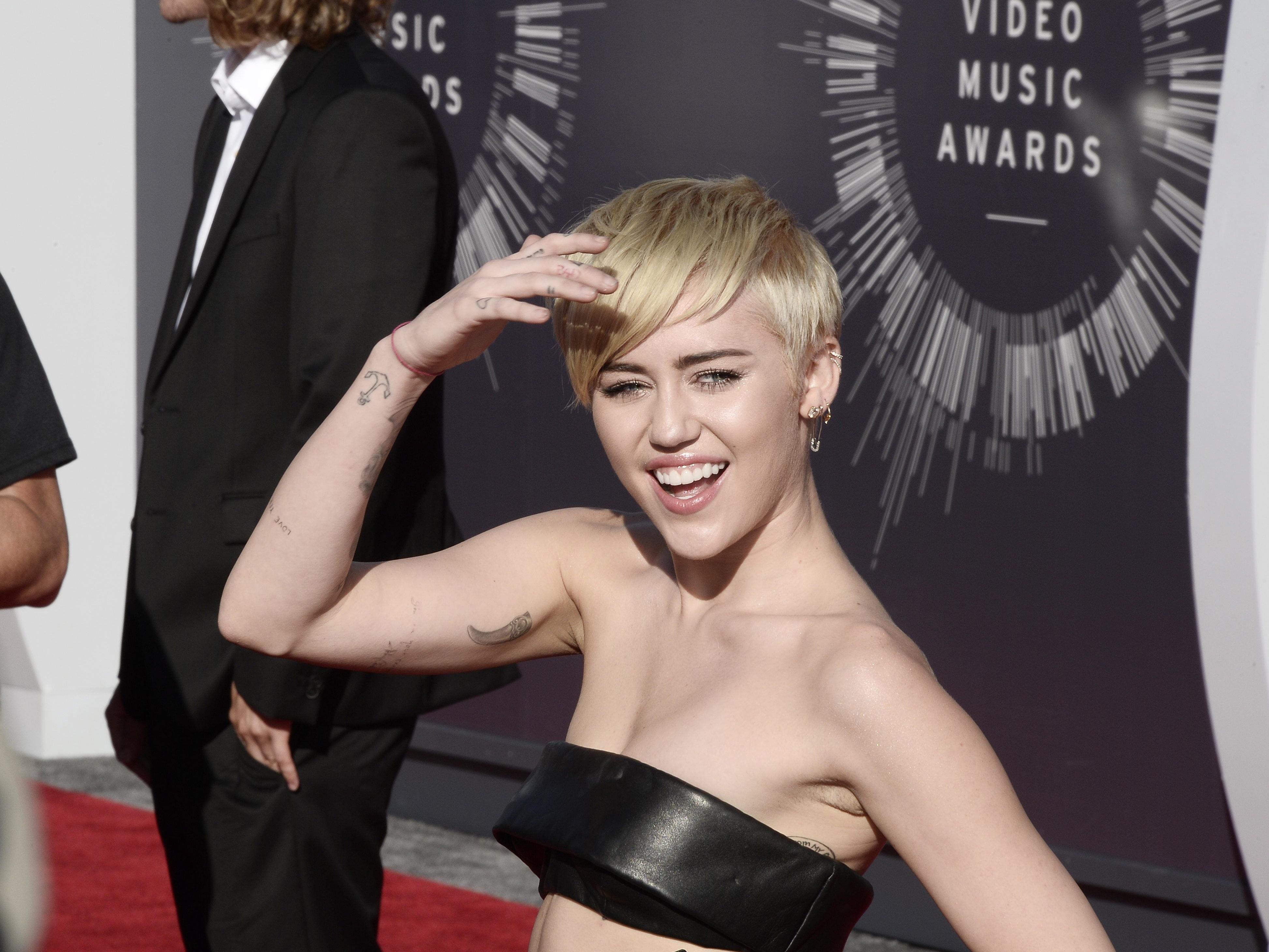 Miley Cyrus kurz vor der Auszeichnung.