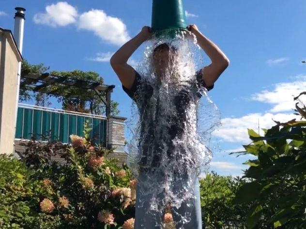 Cold Water Challenge: ORF-Moderator macht sich für den guten Zweck nass.