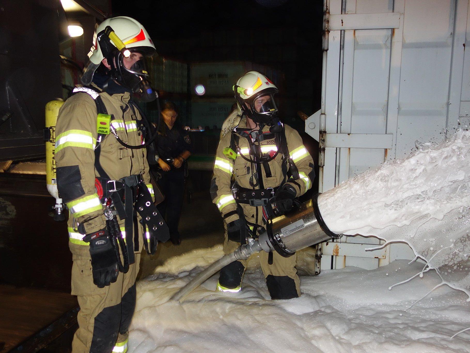 Feuerwehr Klaus löscht Containerbrand