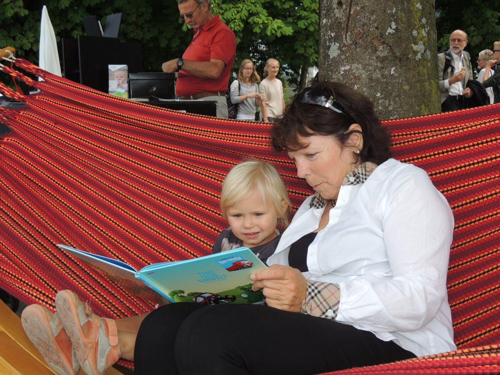 Auch klein Sophia kam mit ihrer Oma Gabriela zum Lesetag