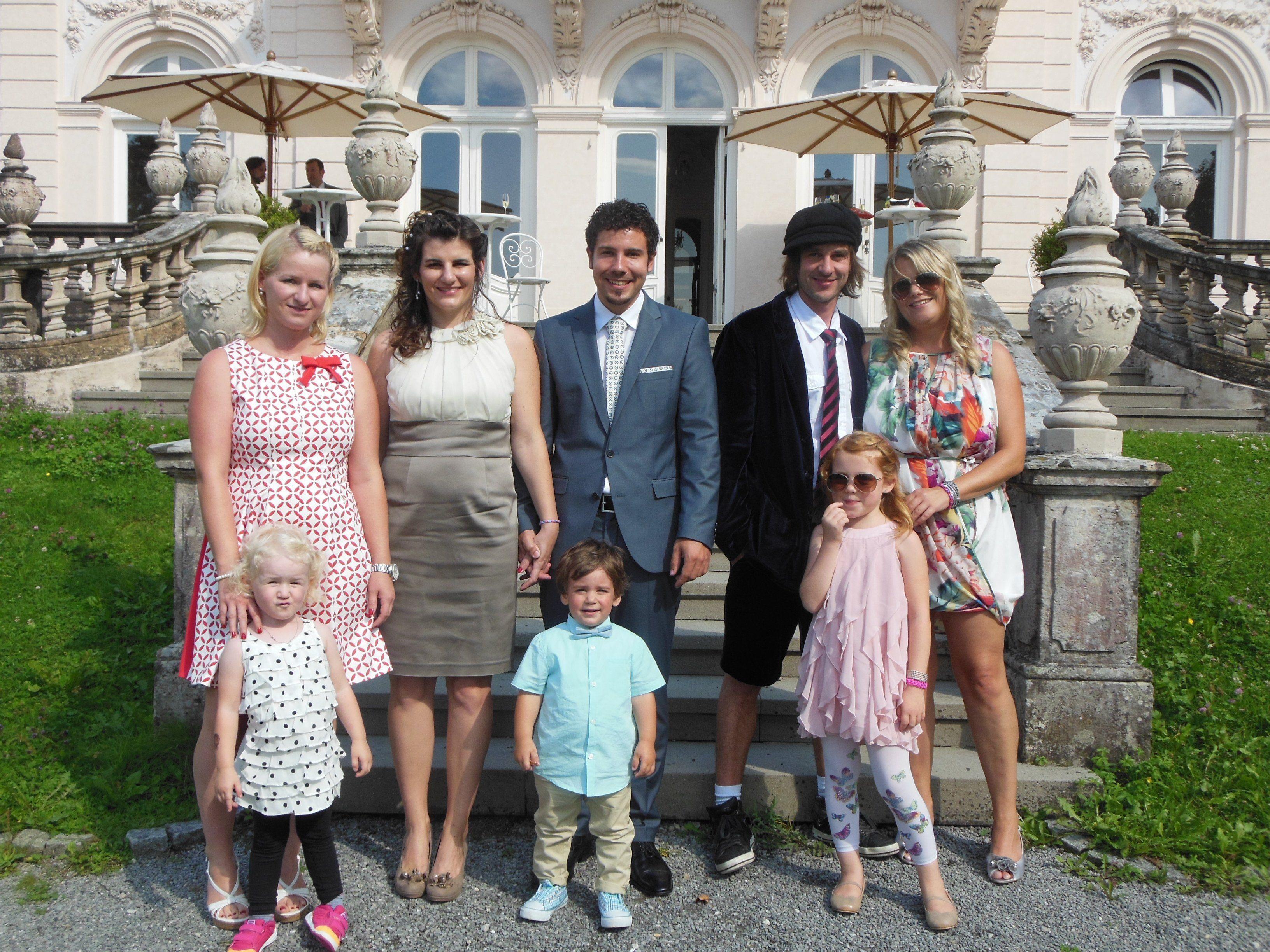 Das glückliche Paar mit Sohn Emilio und den Trauzeugen.
