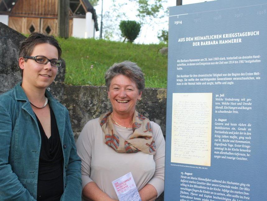 Bgm. Theresia Handler und Historikerin Katrin Netter begutachten die Egger Stele.