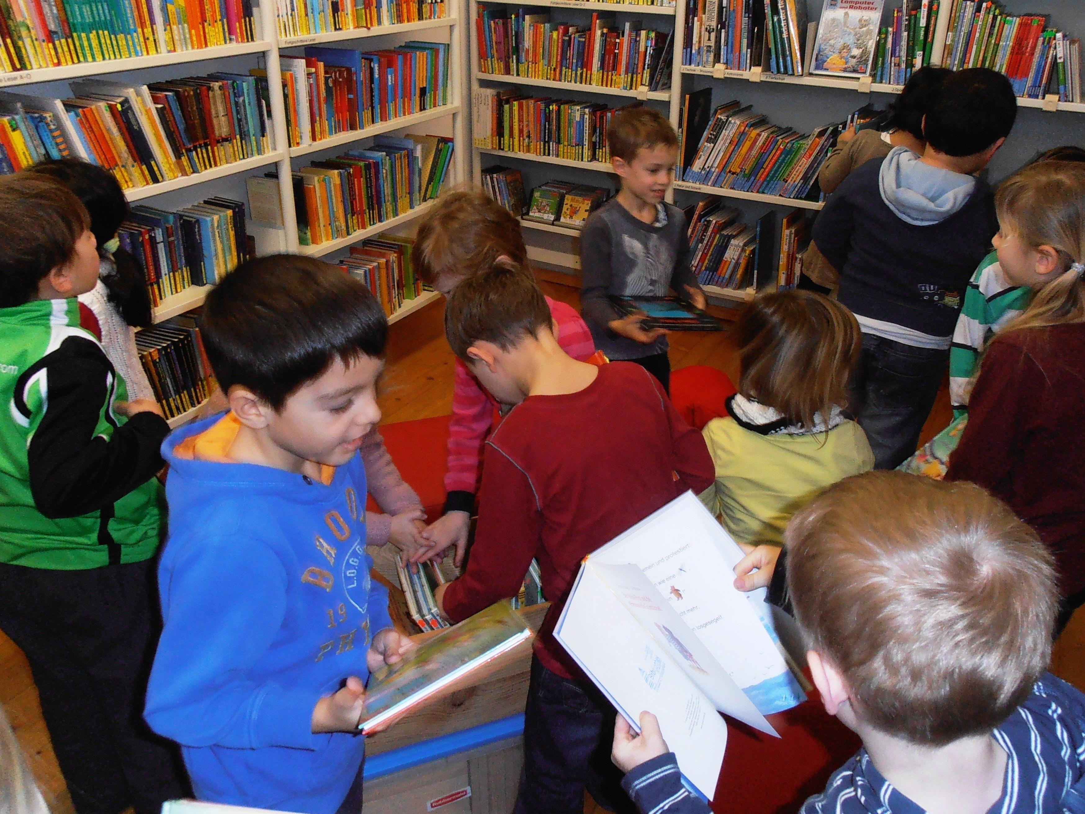 Kinder freuen sich über das tolle Bücherangebot.