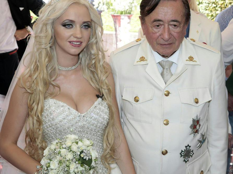 Medienspektakel: Lugner verlobt sich mit seinem Spatzi.