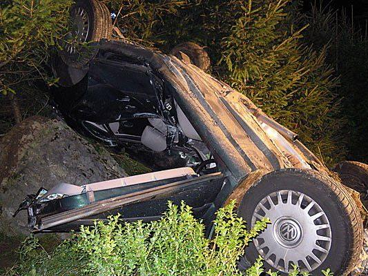 Ein 19-jähriger Pkw-Lenker aus dem Bezirk Wien-Umgebung ist tödlich verunglückt