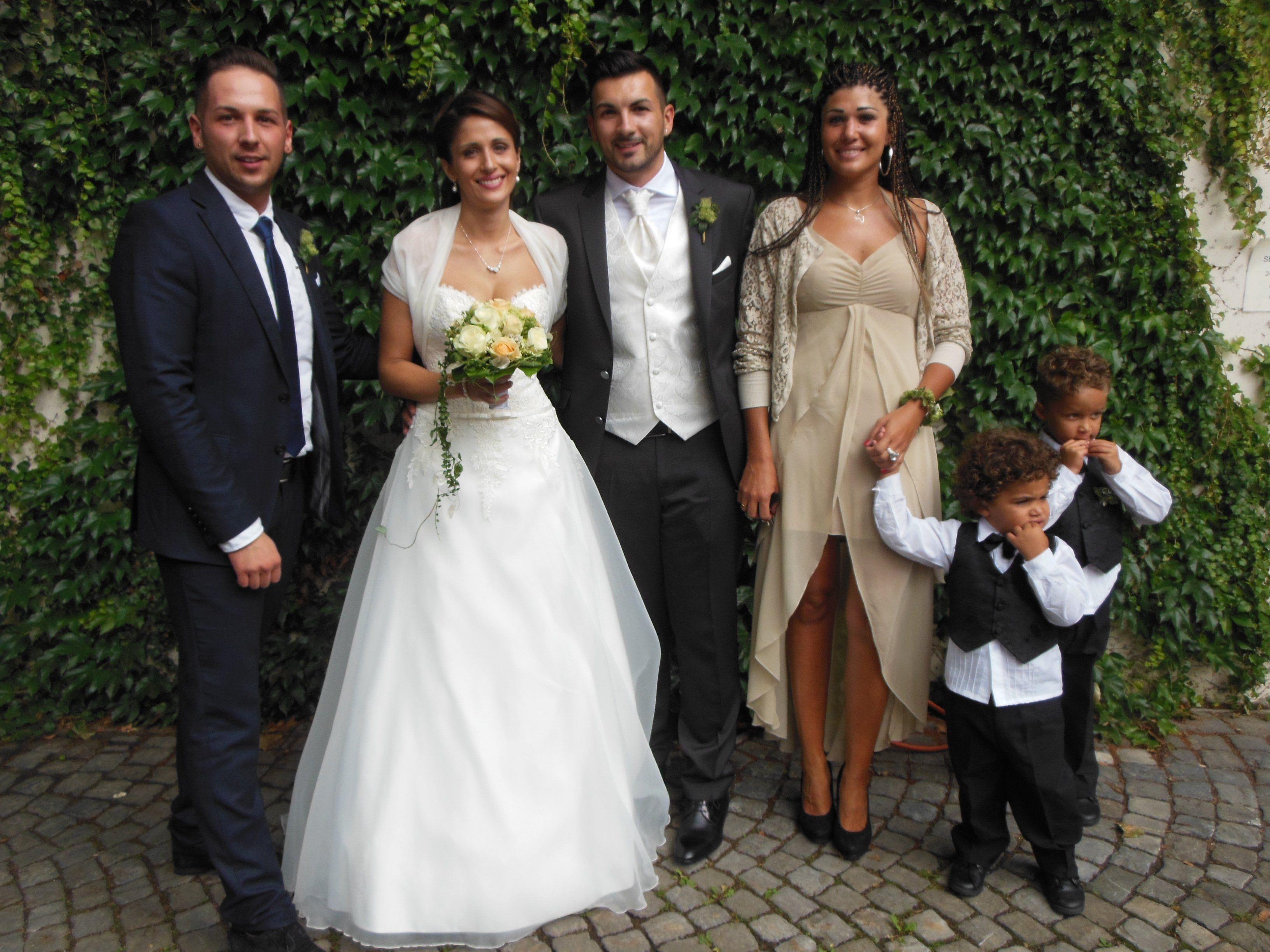 Das glückliche Paar mit den Trauzeugen und den Kindern der Trauzeugin Lee und Jamal.