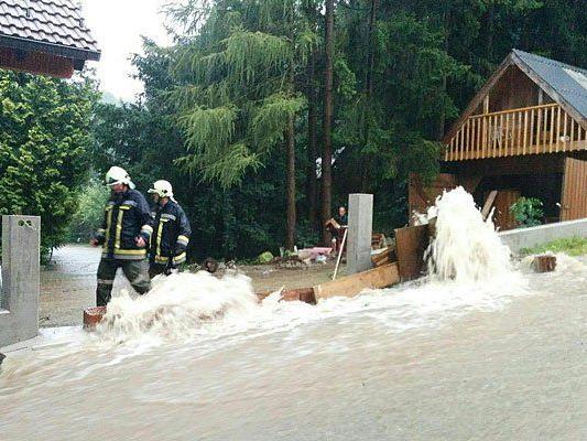 Einsatzkräfte der Feuerwehr während eines Unwettereinsatzes in Kaumberg/Bezirk Lilienfeld am Sonntag