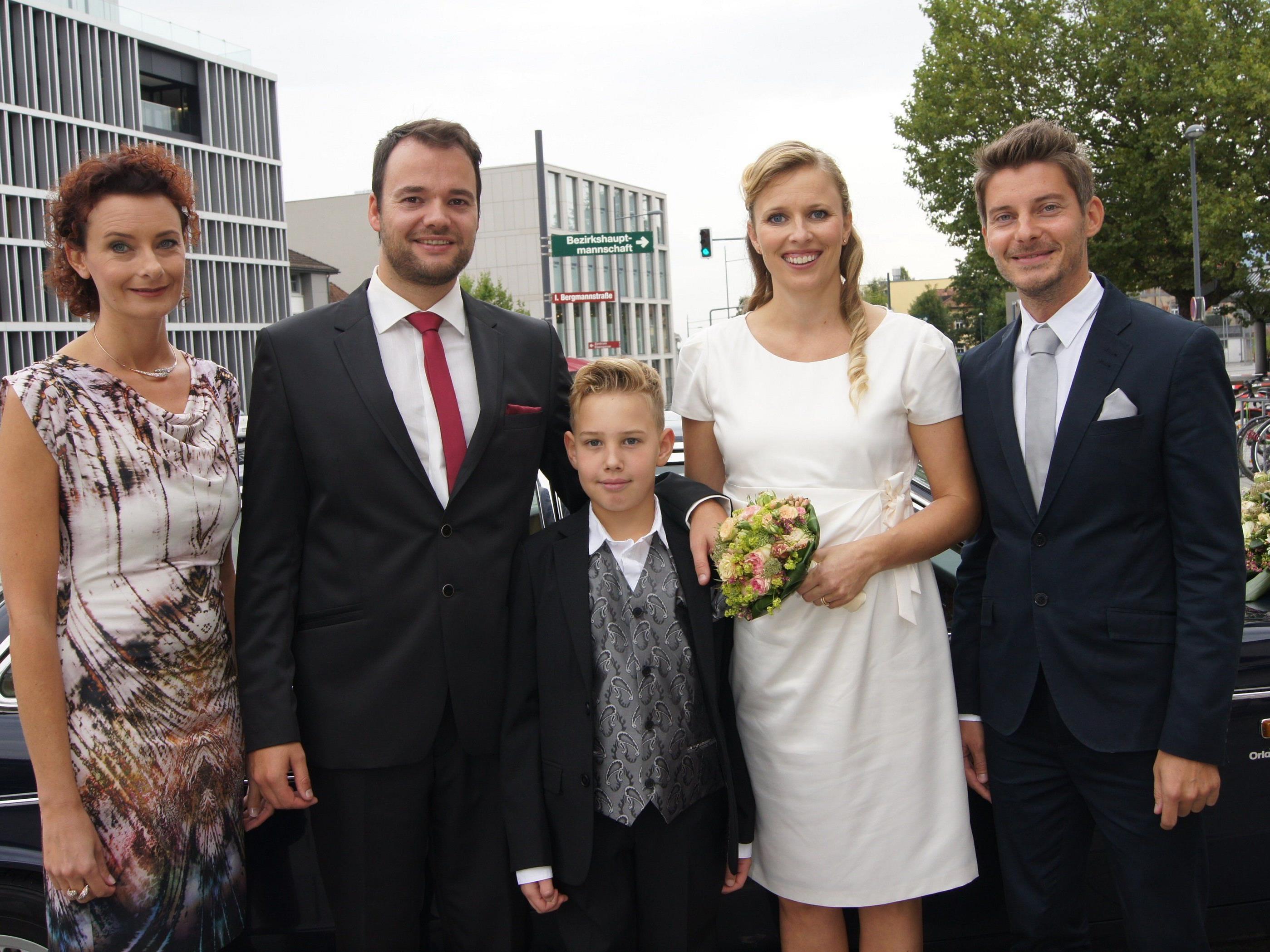 Das Brautpaar mit den Trauzeugen und Fabian bei der standesamtlichen Trauung in Dornbirn.