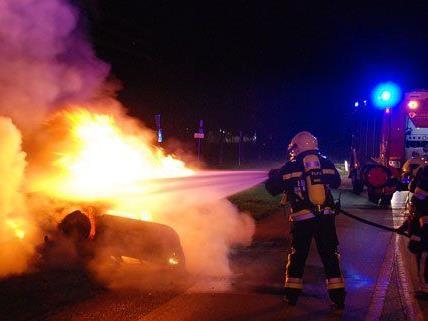 Nach einem Unfall in NÖ fing ein Fahrzeug Feuer.