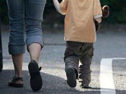 Die Polizei vermutet den Vierjährigen bei seiner Mutter.