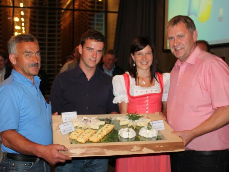Das neue Führungsteam mit Max Bereuter, Jonas Metzler und Lothar Eiler will auch Käsekönigin Rosa Kohler als Käsebotschafterin tatkräftig unterstützen.