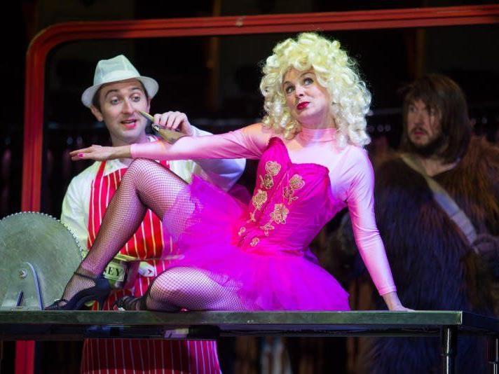 Beifall für satirische Märchen-Revue am Kornmarkt