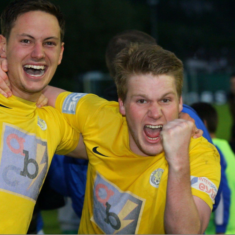 VfB Hohenems Kicker Johannes Klammer und Marco Feurstein fiebern dem Cuphit entgegen.