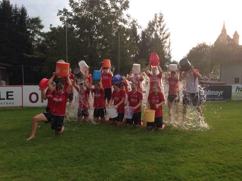 Die Rankler Ladies waren mit Spass an der Ice Bucket Challenge mit dabei.