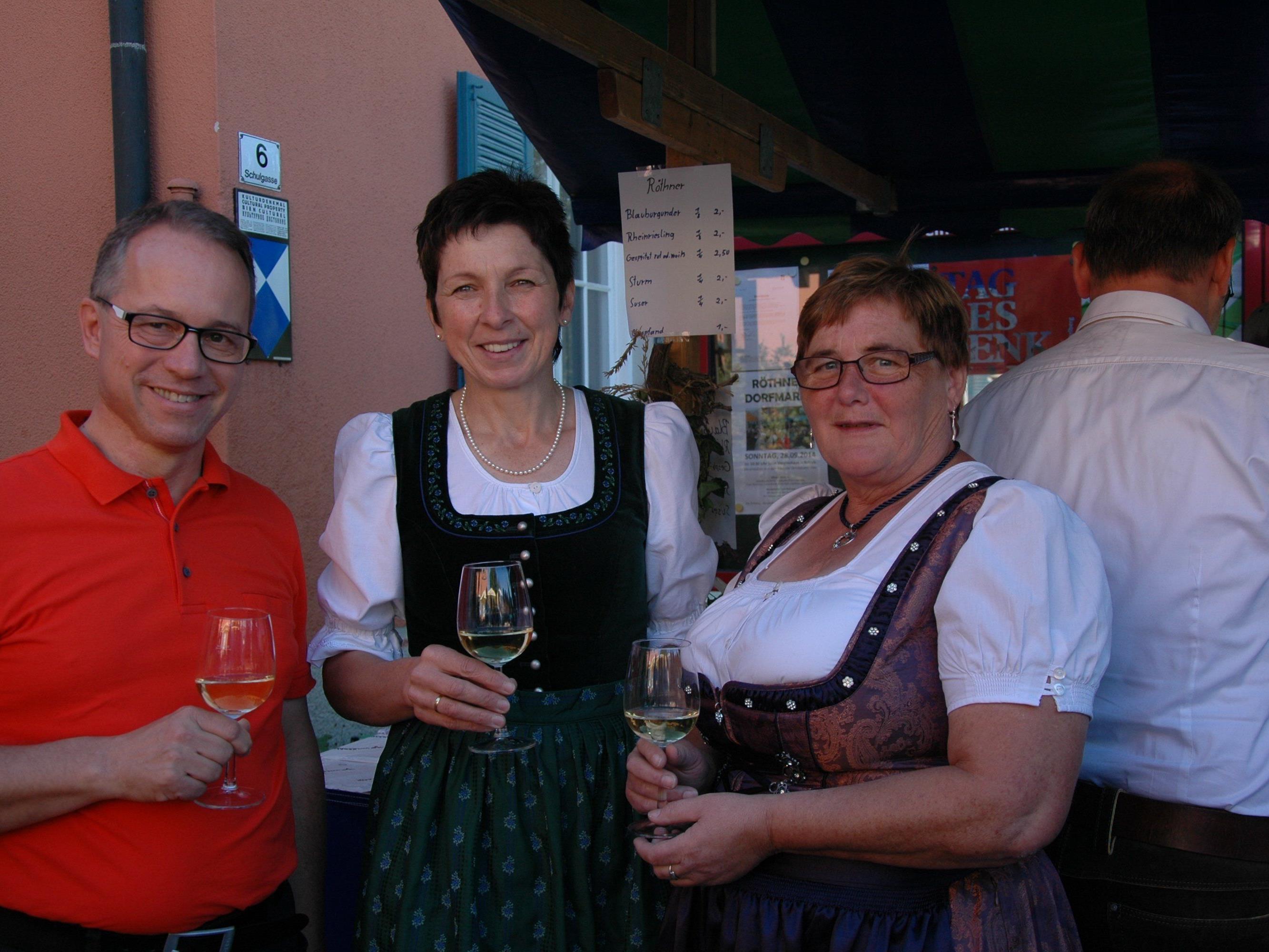 Bürgermeister Roman Kopf, bundesbäuerin Andrea Schwarzmann und Irene Biedermann stießen auf einen erfolgreichen Röthner Markt an.