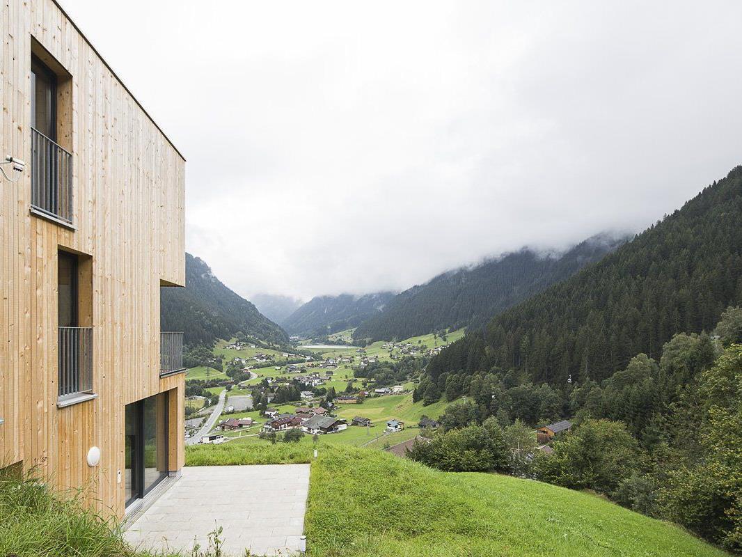 """Der Bauplatz des alten wie neuen """"Haus M"""" ist sensationell. Er liegt an einem steilen Hang rund 200 Meter über dem Dorf"""