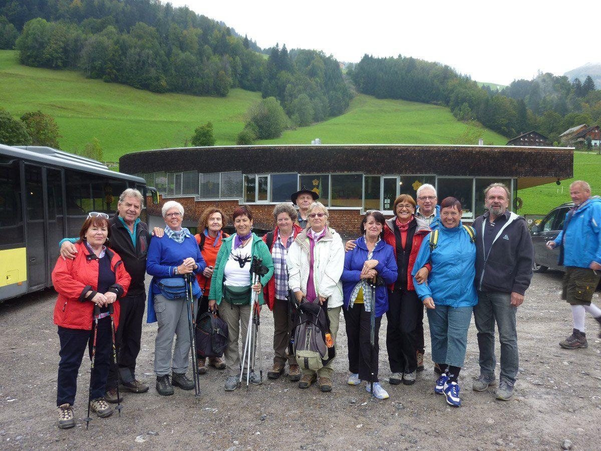 gutgelaunte Wandergruppe in Sonntag