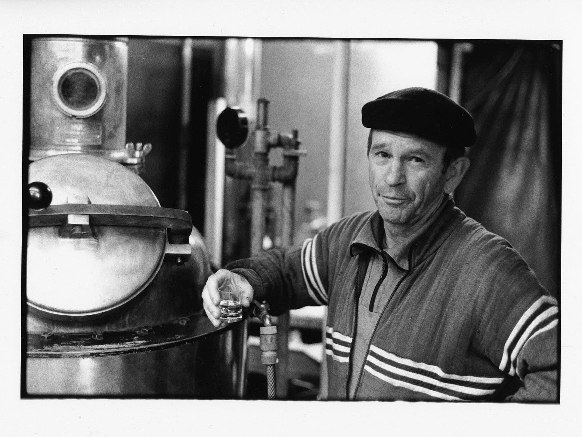 Hans Kohler hat den Prozess des Schnapsbrennens auf Schwarz-Weiß-Fotografien festgehalten.