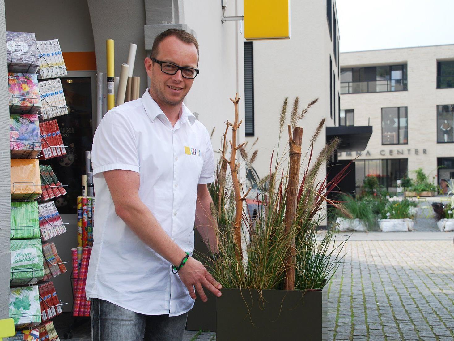 René Nick, Obmann der Kaufmannschaft Rankweil-Vorderland, präsentiert die Herbstdekoration.