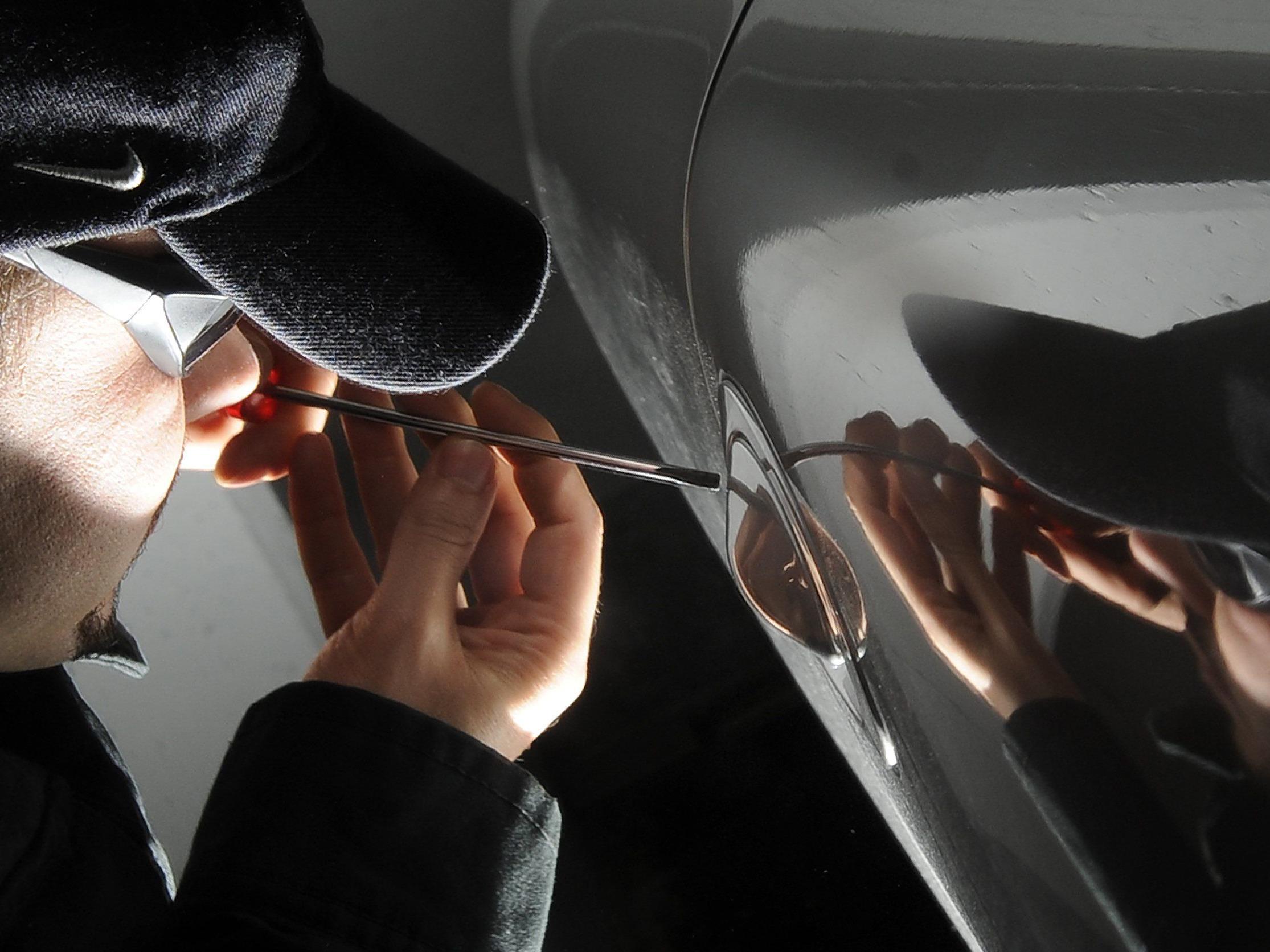 Aufmerksame Passanten erwischten einen PKW-Einbrecher auf frischer Tat.