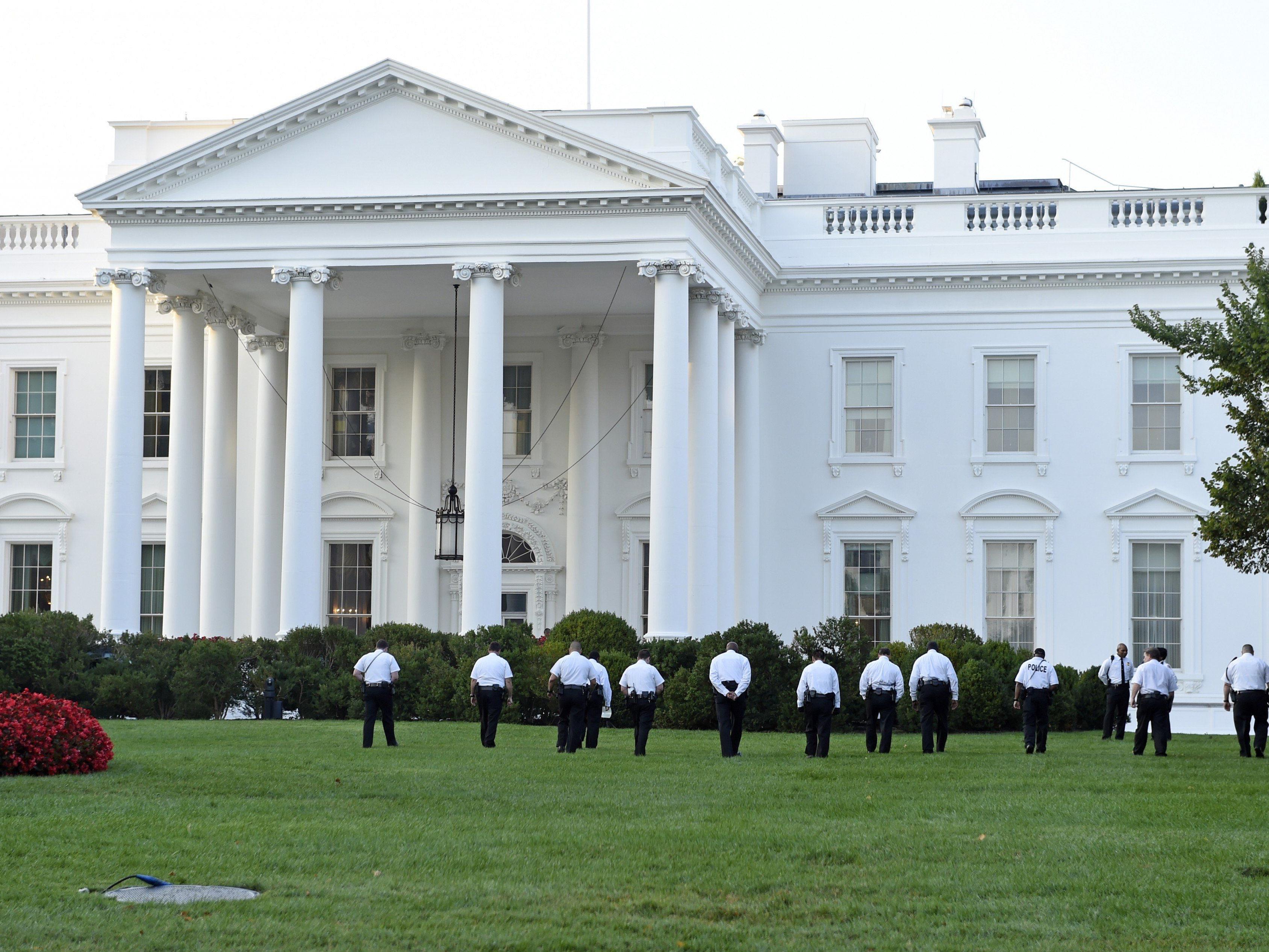 Ein Mann drang mit einem Klappmesser ins Weiße Haus ein.