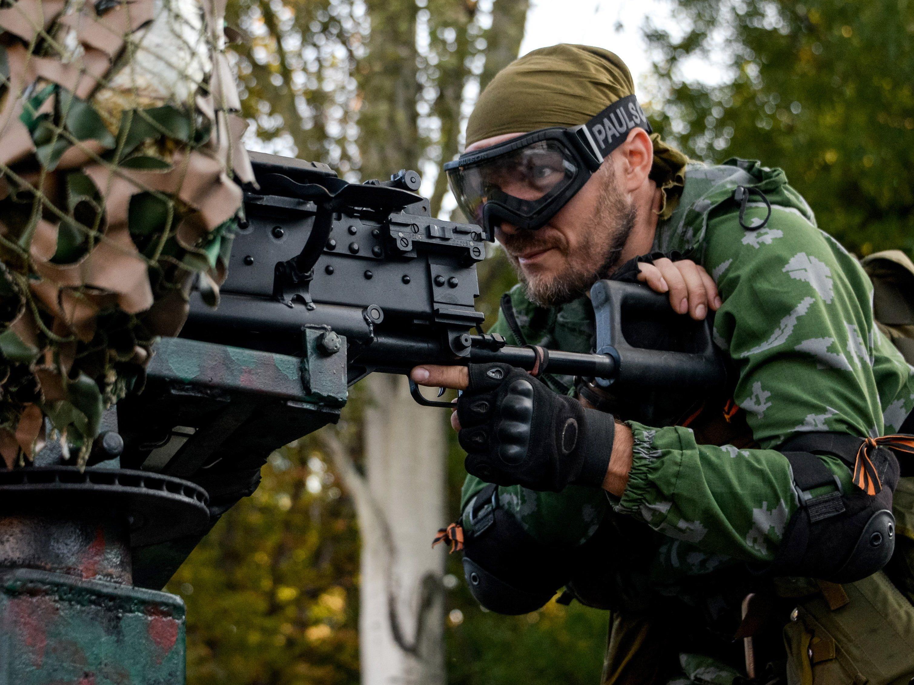 Ein pro-russischer Kämpfer in Donezk.