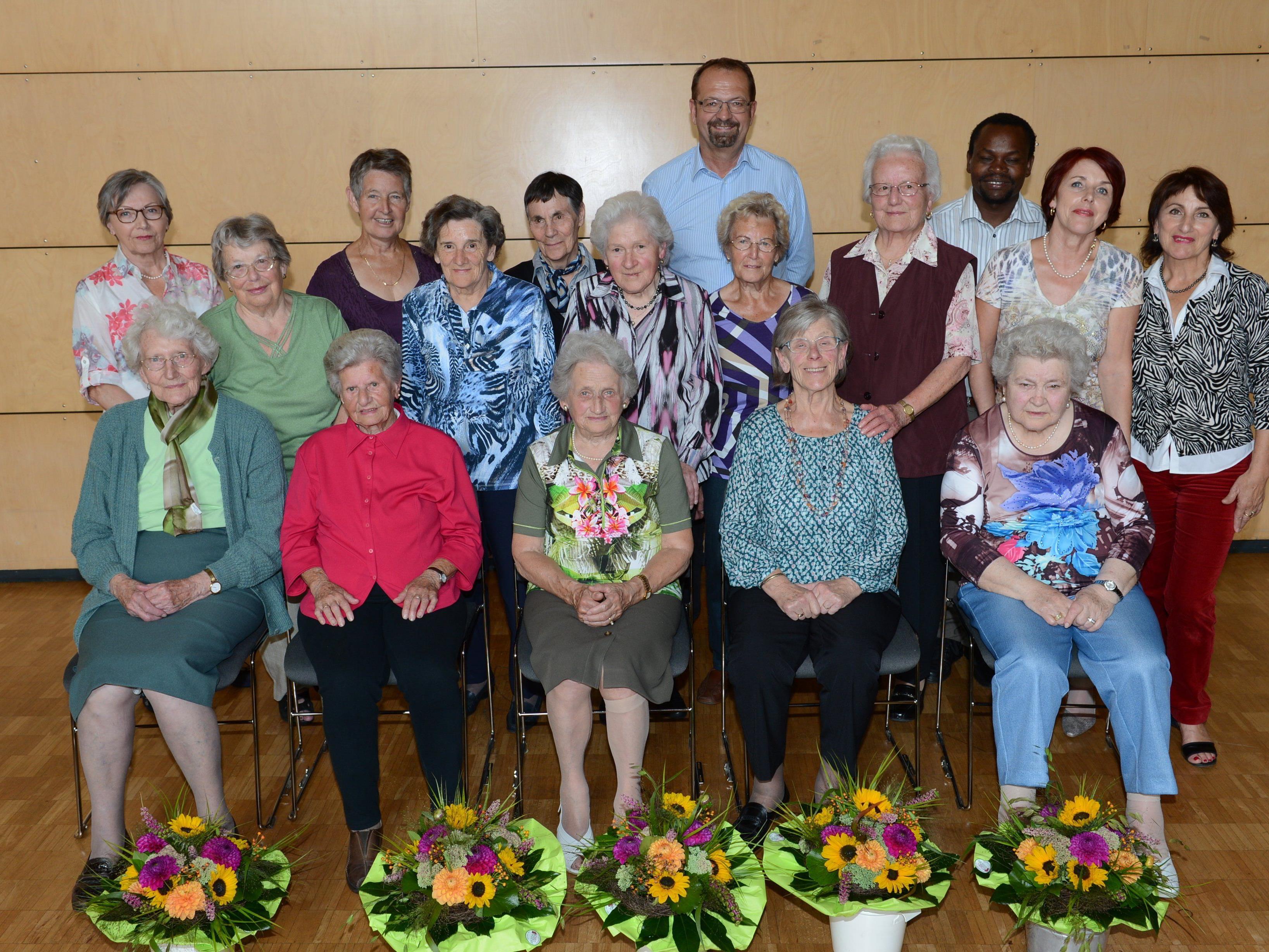 Die Geburtstagsjubilarinnen flankiert von Bürgermeister Rainer Siegele, Pastoralassistent Richard Kipkemoi Langat mit den guten Geistern…