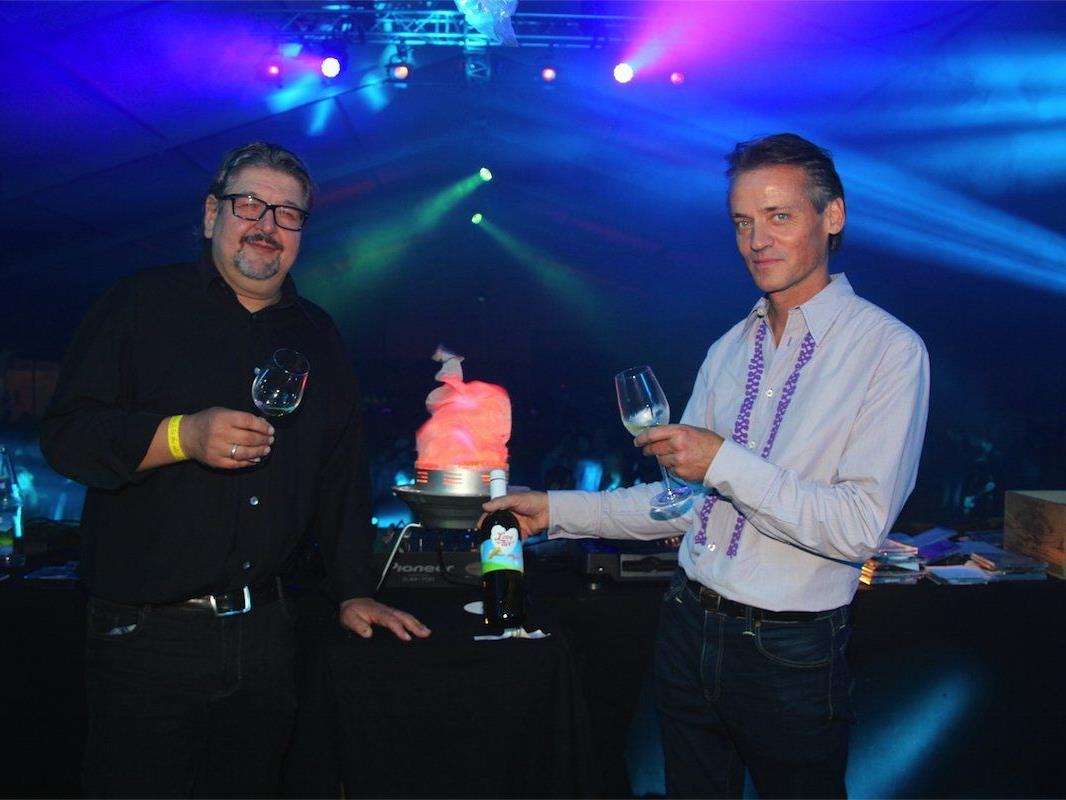DJ Thomas Würbel und Reinhard Rauch hinter den Turntables mit dem exklusiven Jubiläumswein.