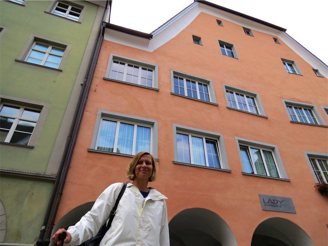 Autorin Marlene Kilga vor dem Haus, in dem ihre Familie einst einen Weinkeller hatte in der Feldkircher Marktgasse und das ein wichtiger Schauplatz in ihrem Krimiroman darstellt.